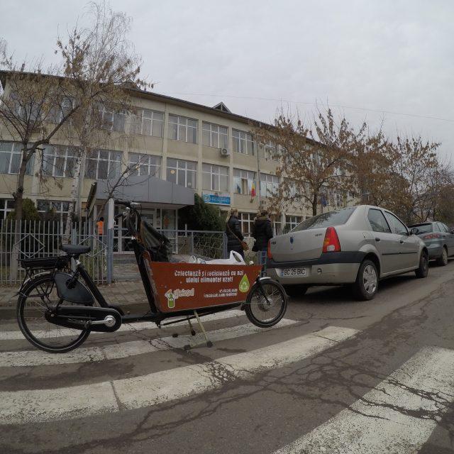 65 de litri de ulei alimentar uzat colectați de la Școala Gimnazială Titu Maiorescu din Iași